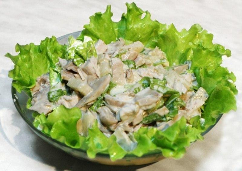 Простой салат с вареной курицей