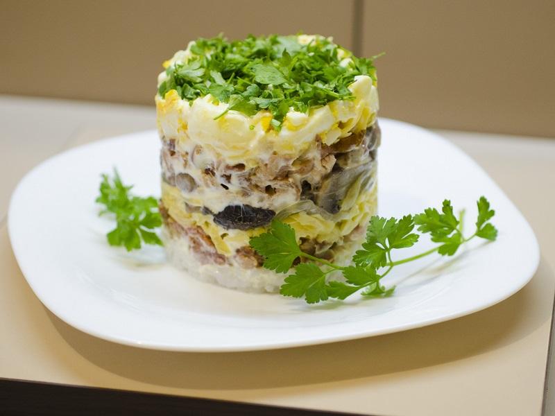 Салат из куриной грудки с маринованными шампиньонами