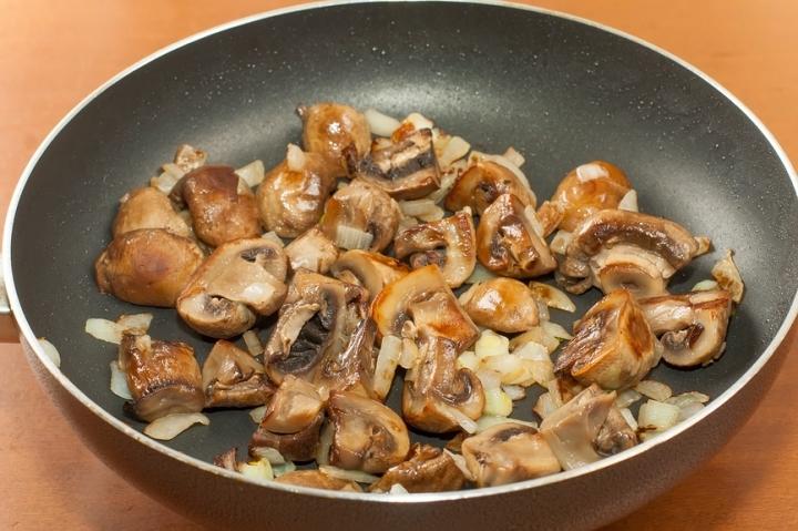 Как жарить картошку с грибами и луком