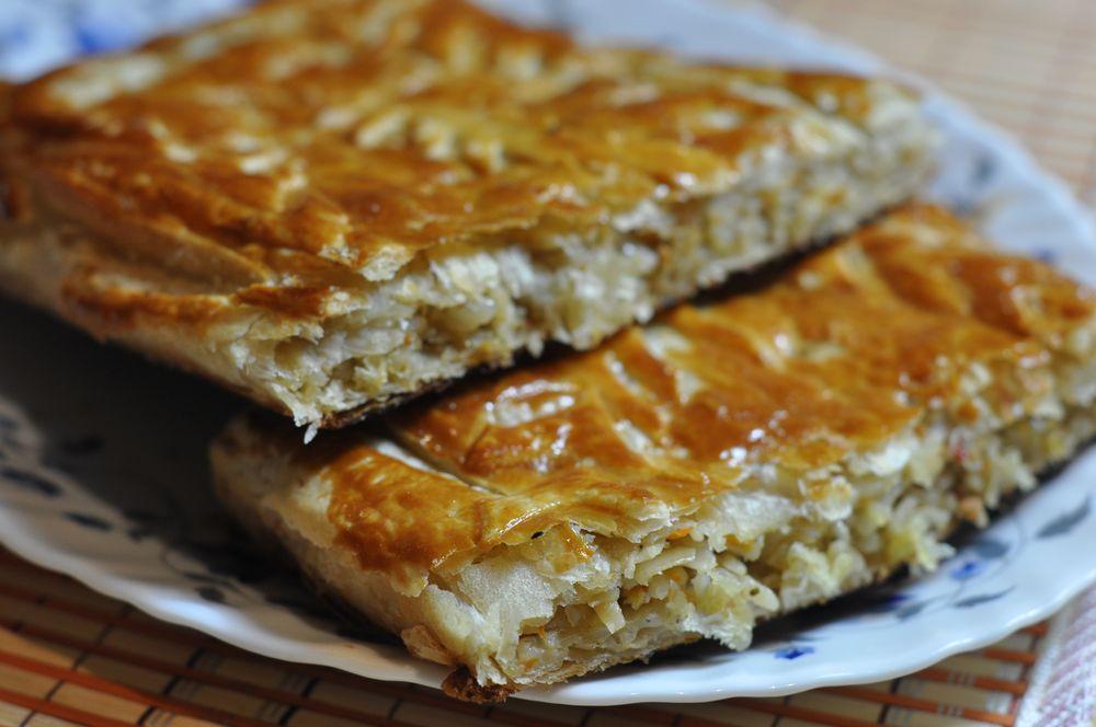 пирог из слоёного теста с мясом и капустой