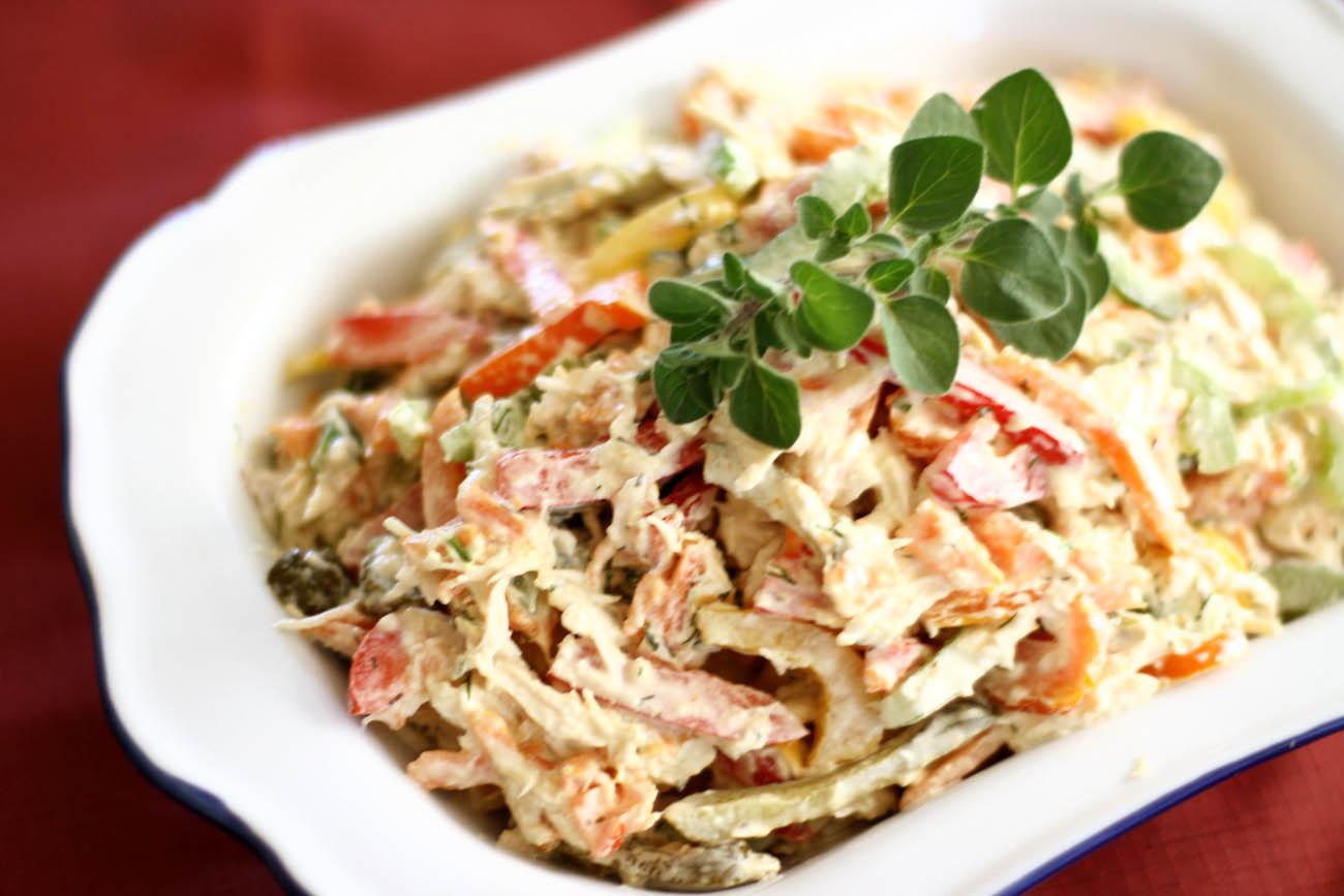 Салат с курицей и ветчиной и картошкой