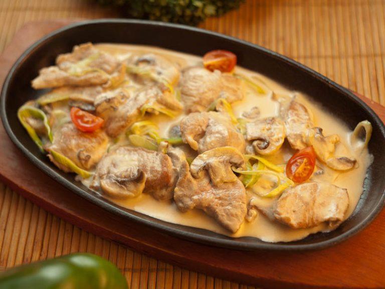 Мясо с шампиньонами на сковороде со сметаной пошагово